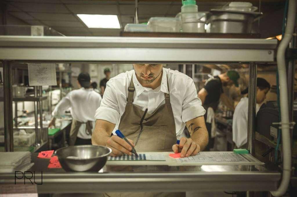 Jim aan het werk in de keuken van PRU op Phuket