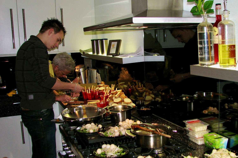 Jim Ophorst die samen met zijn moeder het kerstdiner voor de familie aan het koken is thuis in Nederland in 2007