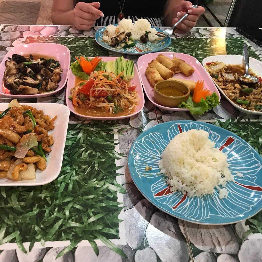 Verschillende (vis)gerechten bij Khun Yaa Seafood vlakbij Surin Beach op Phuket, Thailand