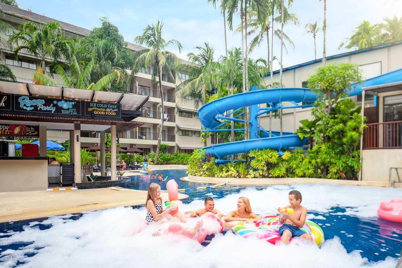 Zwembad met glijbaan van het Novotel Phuket Surin Beach
