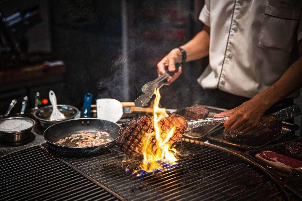 Vlees op de grill bij Wagyu Steakhouse Phuket vlakbij Surin Beach