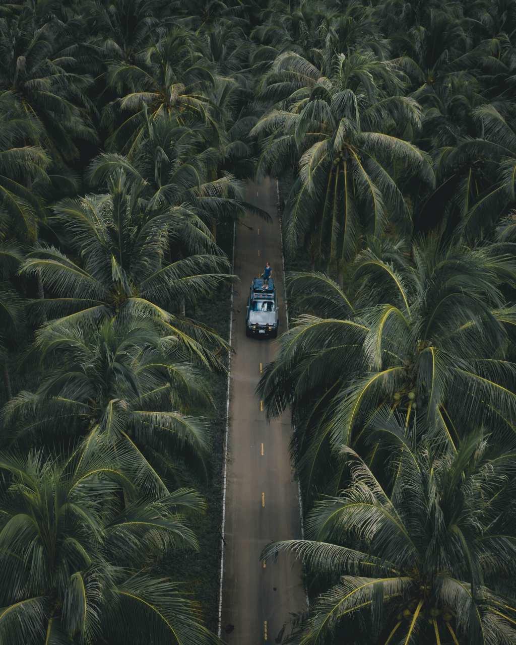 Auto op een weg in Koh Chang, Thailand