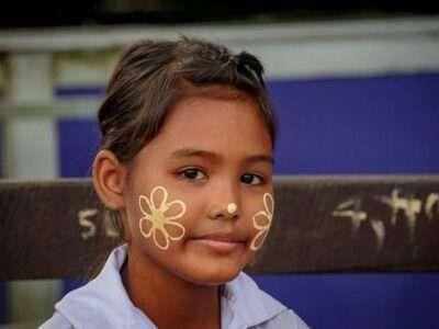 Een Mon Bloemenmeisje Op De Brug In Sangkhlaburi, Thailand