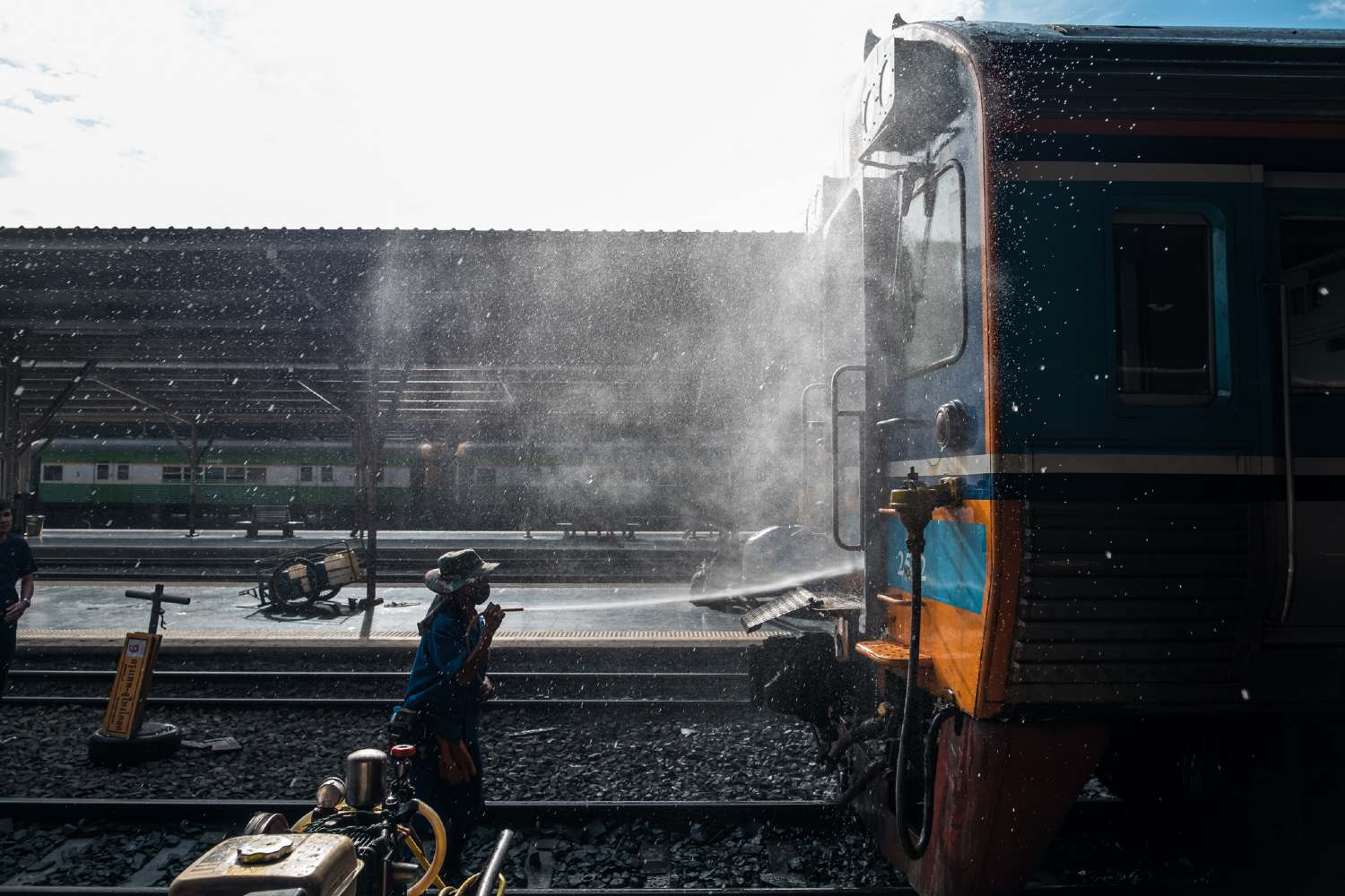 Person cleaning train in Hua Lamphong