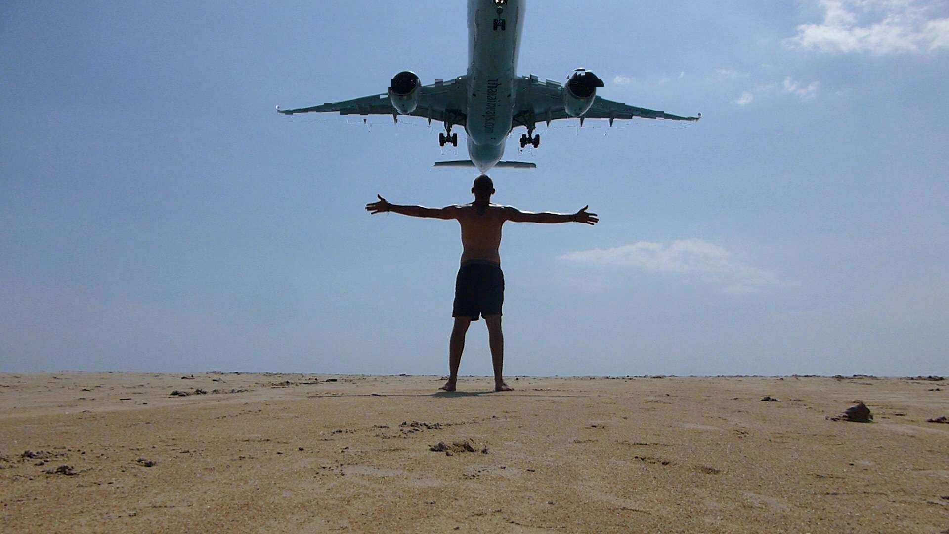 Landend vliegtuig boven Mai Khao Beach op Phuket