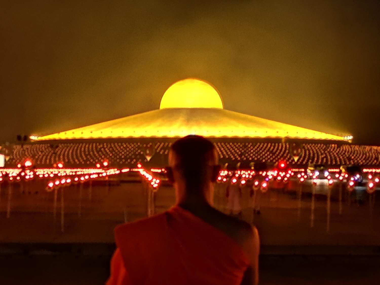 de Wat Phra Dhammakaya tijdens de avond in Thailand