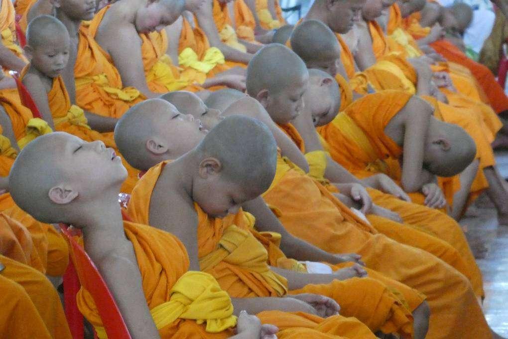 Slapende Boeddhistische kinderen in de Wat Phra Dhammakaya in Thailand