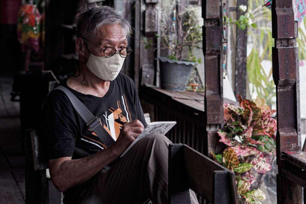 Man die tekening maakt in Bangkok