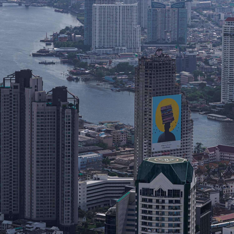 Foto genomen vanaf de MahaNakhon in Bangkok met op de achtergrond de Chao Phraya rivier en daarvoor de Ghost Building