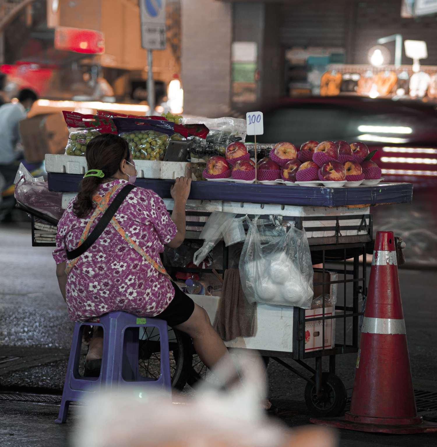 Kraampje met fruit in Bangkok