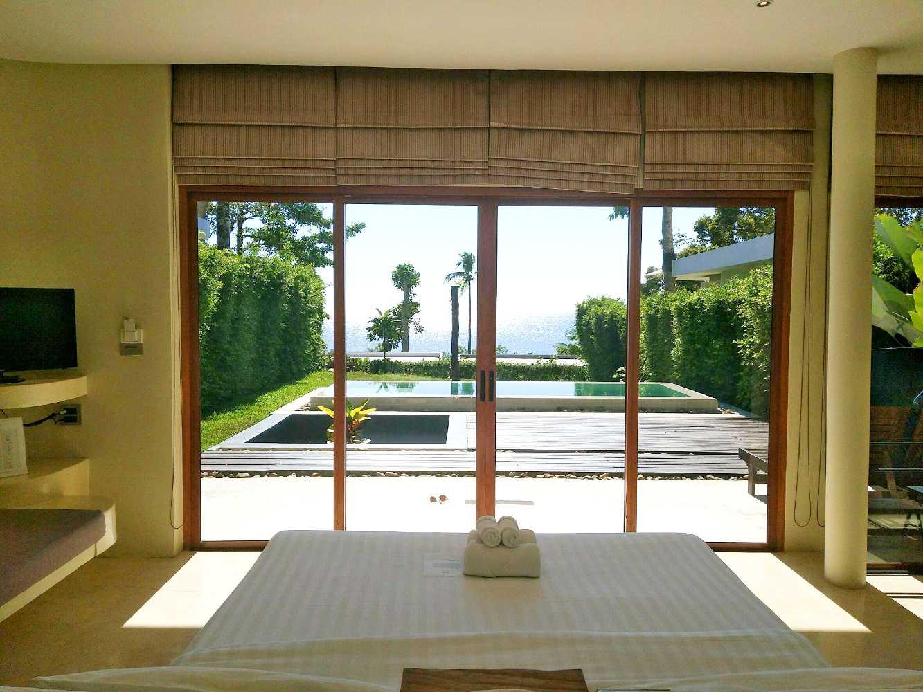 Villa met privé zwembad en uitzicht op zee vanuit bed