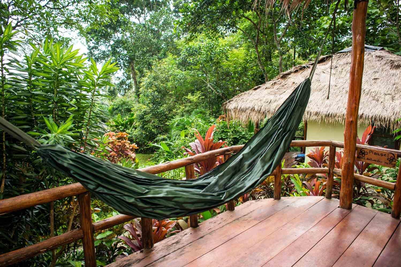 Bungalow met hangmat op balkon in de jungle