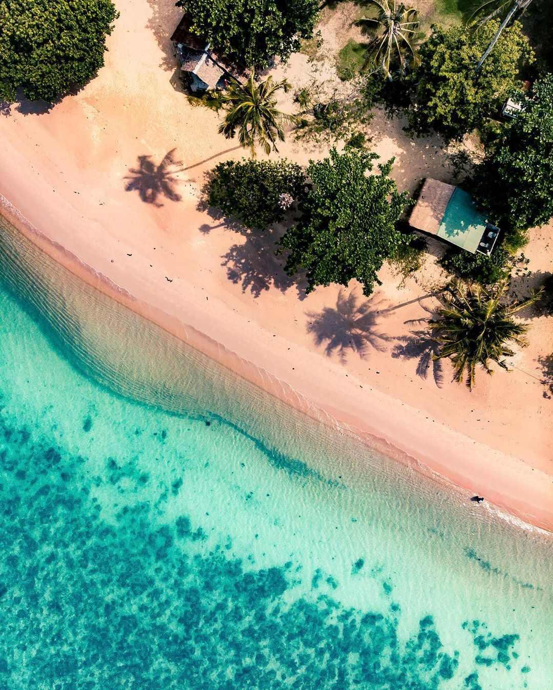 Helder blauwe zee en strand Lonely Beach van bovenaf