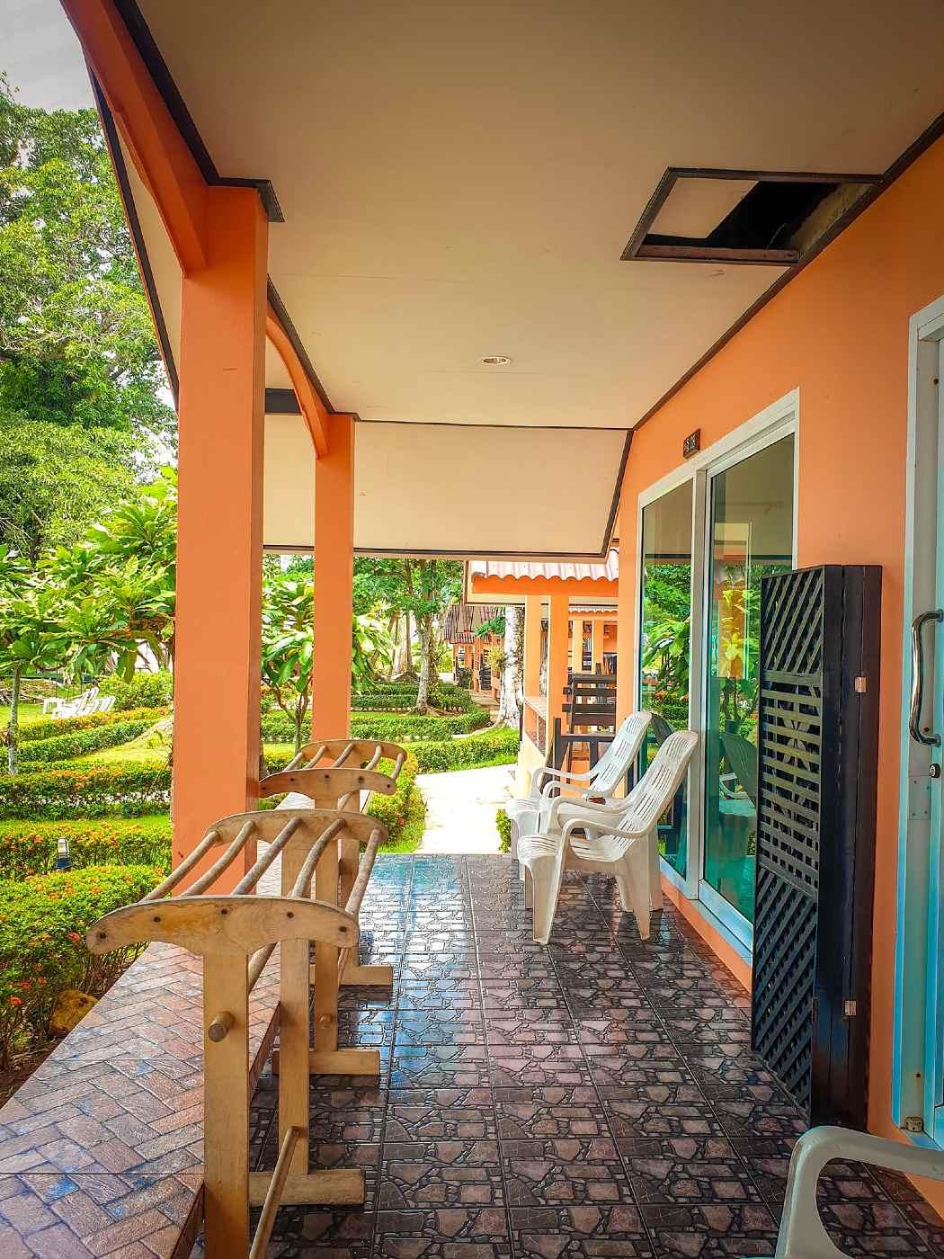 Bungalows met patio van het Sea Flower Resort