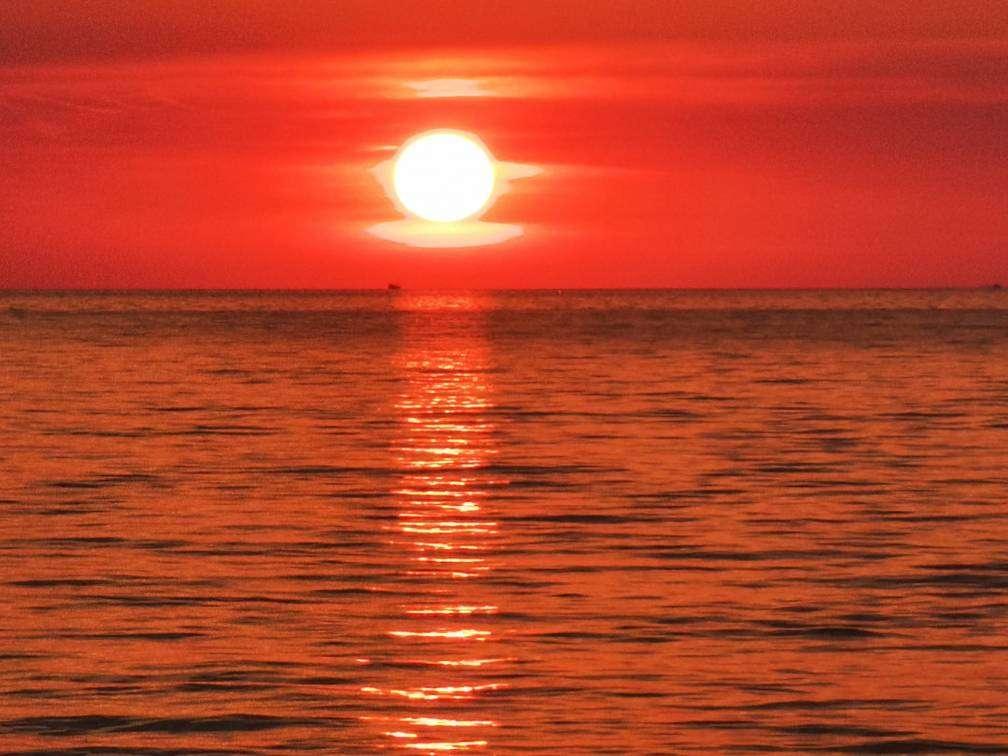 zonsondergang met rode gloed