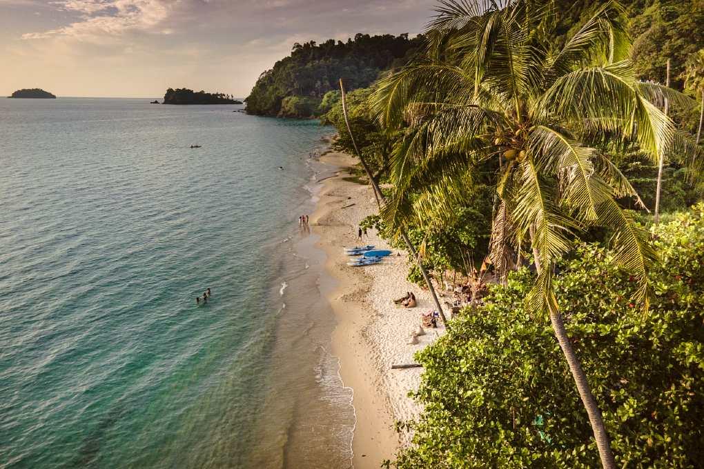 Het witte strand en palmbomen van Lonely Beach op Koh Chang