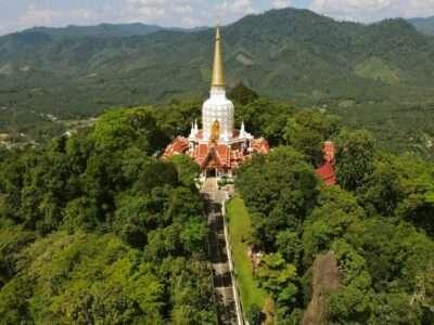 Wat Phra Mahathat Phutthatham Vlakbij Bang Riang (Phang Nga)