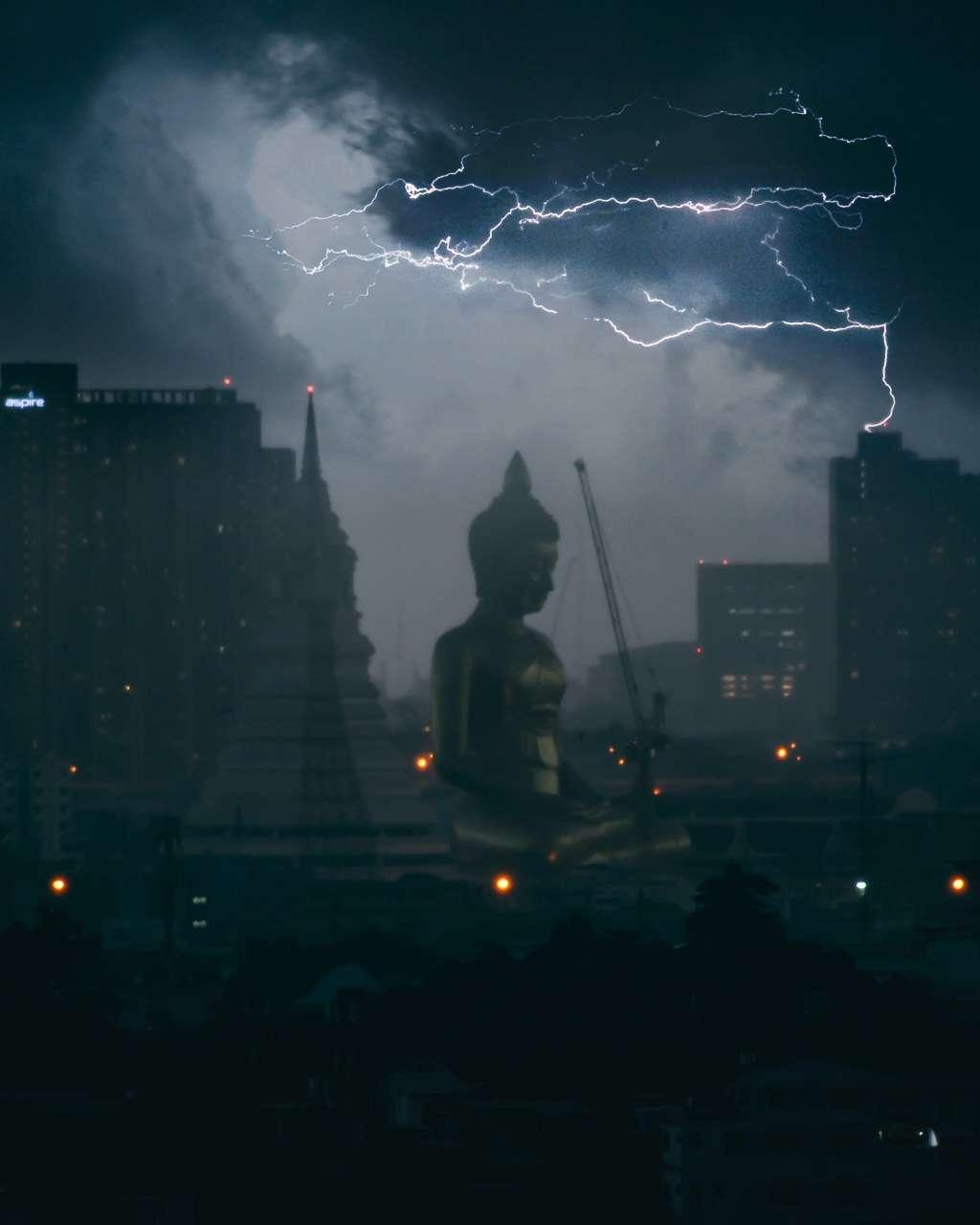 Storm in Bangkok met de grote Buddha van Bangkok op de achtergrond