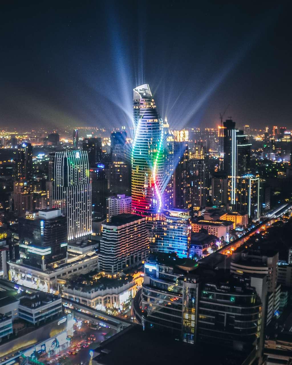 De King Power MahaNakhon in Thailand die een spectaculaire lichtshow afgeeft