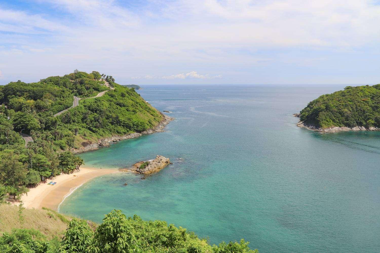 Ya Nui Beach is genomen vanaf Windmill Viewpoint op Phuket, Thailand