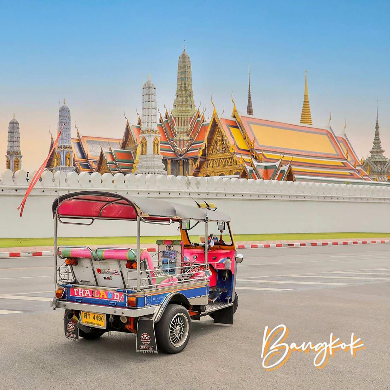 Een tuk tuk tegenover de Grand Palace in Bangkok