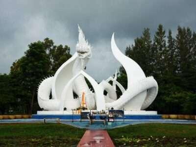 Een Beeld Van Een Witte Draak In Sakon Nakhon (Nong Han Chaloem Phra Kiat Park)