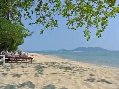 Kong Kloi Beach, Wit Strand Met Ligbedjes
