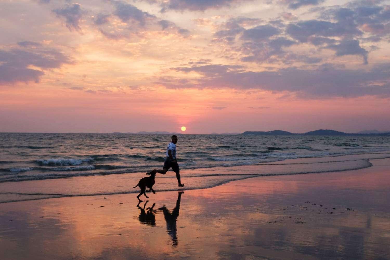 Ochtend op een strand in Pattaya, Thailand