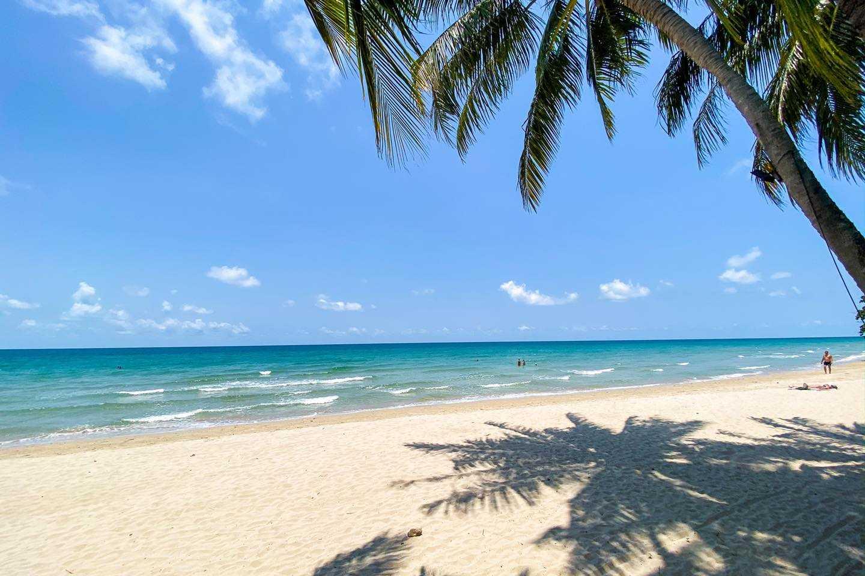 Schaduw van palmboom op het strand van White Sand Beach