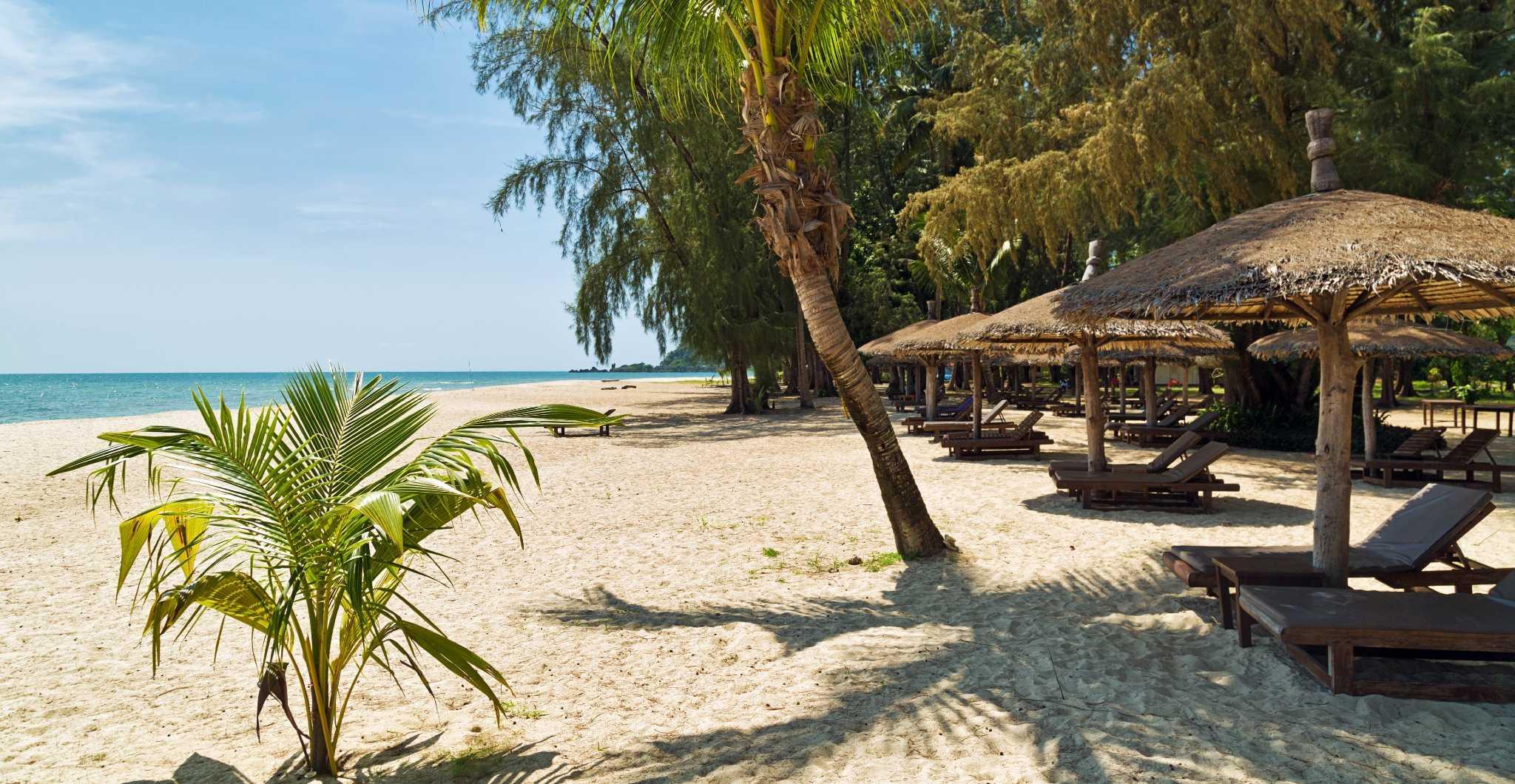 Koh Chang eiland, ligbedjes onder de palmbomen met zeezicht