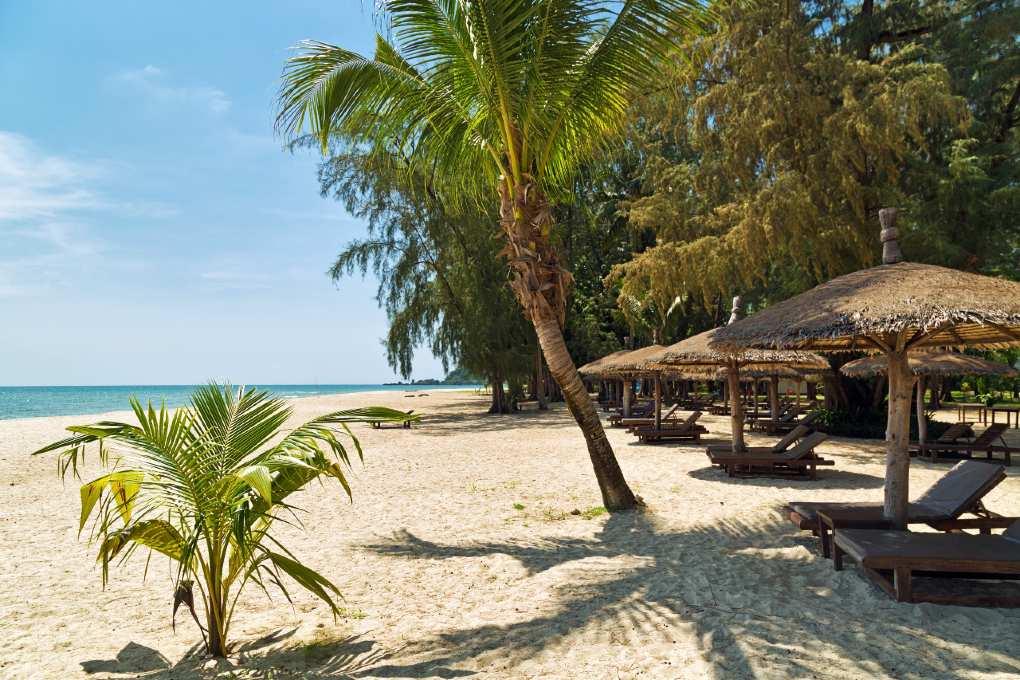 Koh Chang, ligbedjes onder de palmbomen met zeezicht
